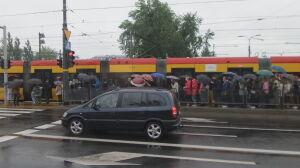 Tramwaje blokują pieszych. Zła koordynacja na Woronicza